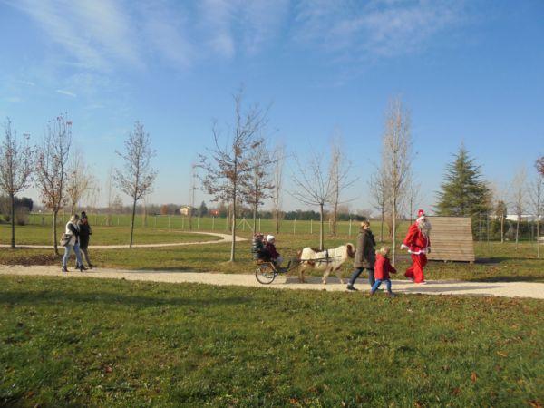 Qualche genitore ha preferito seguire i bambini in passeggiata sul calesse di Babbo Natale...