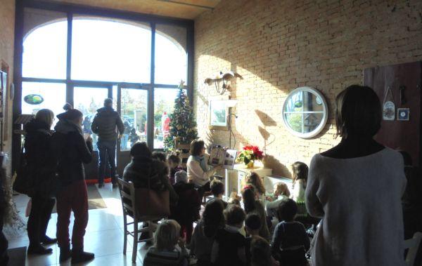Bambini incantati dal racconto di favole natalizie