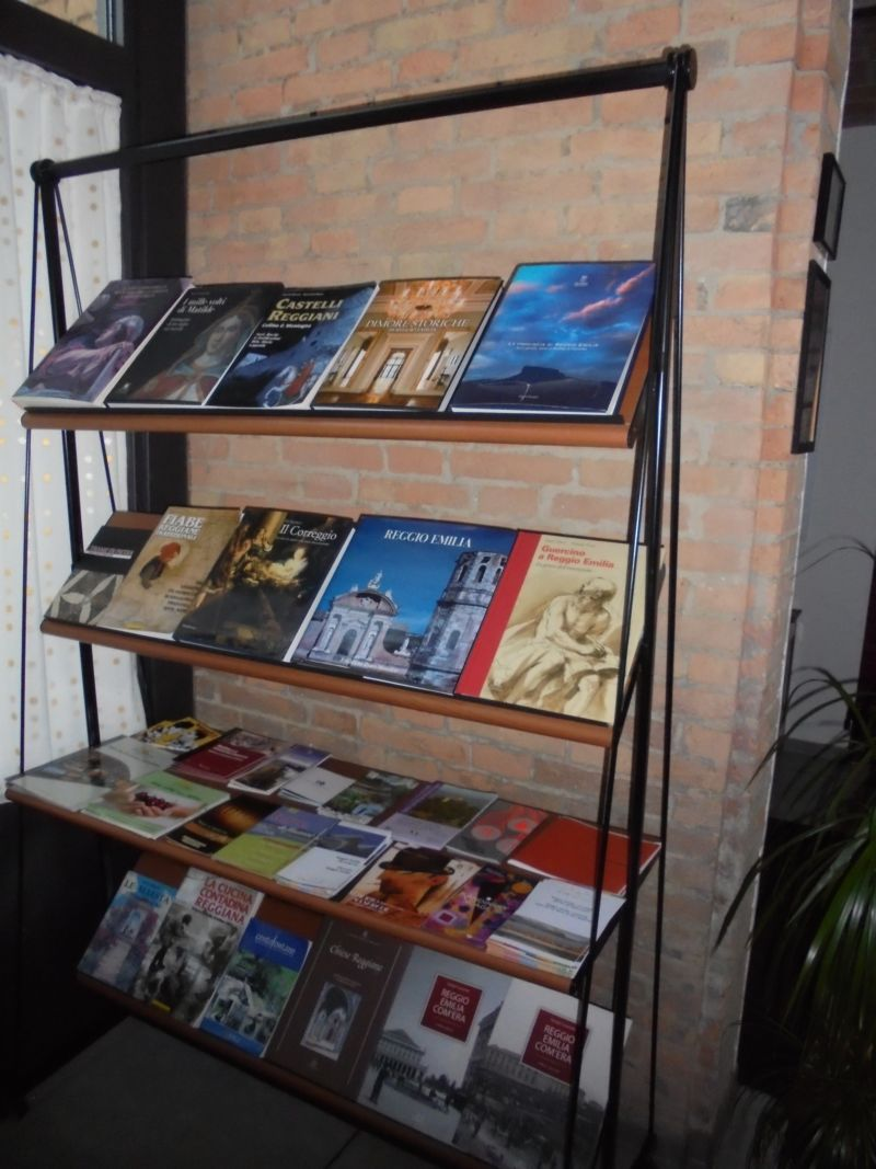 Dedicato a Reggio e provincia la libreria sotto il porticato. Guide, cartine e tutti gli appuntamenti culturali/ricreativi del momento.