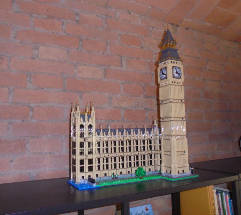 Piccole opere d'arte in esposizione nella stalla: in famiglia c'è un appassionato di Lego e non è un bambino!