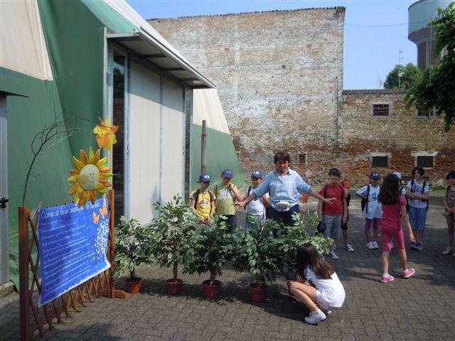 Maura sta spiegando ai bambini come si fa un giardino per le farfalle